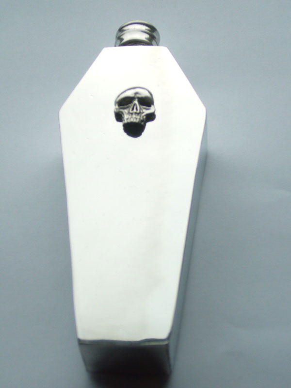 4oz Coffin Shaped Pewter Flask with Skull Badge (F067)
