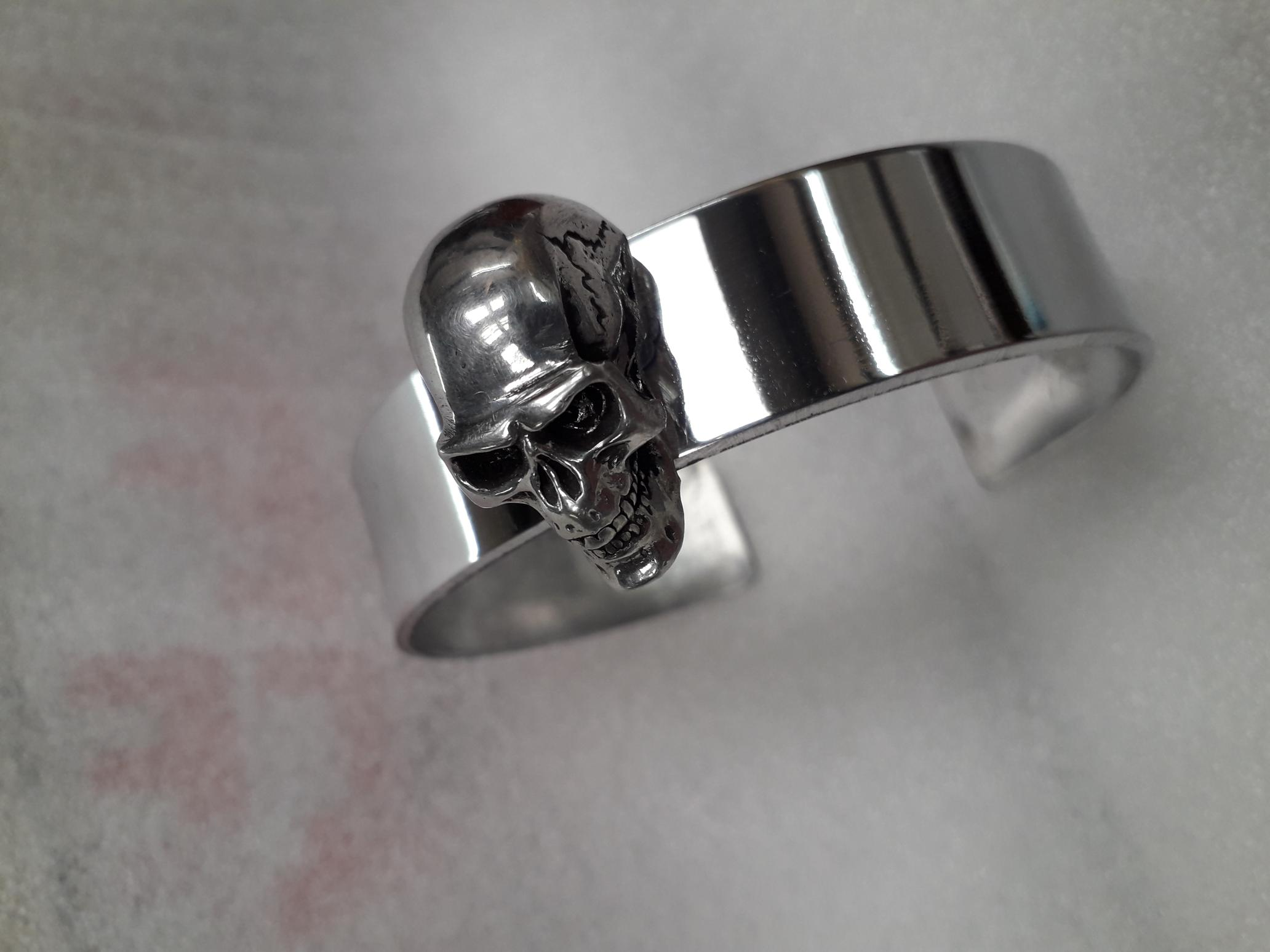 BG018 Pewter bangel with large skull
